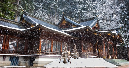 Sweet Snow in Hachimangu Shrine. Photo belongs to : www.goway.com